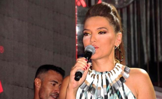 Bodrum'da konser veren Demet Akalın mini elbisesiyle dikkat çekti