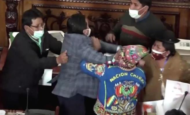 Bolivya meclisi karıştı! Vekillerin yumruklu kavgası kamerada