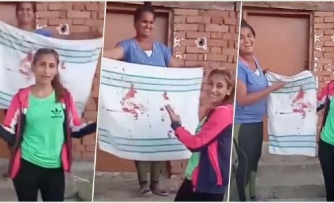 Böyle Gelenek Olmaz Olsun! Kanlı Gerdek Çarşafını Dans Ederek Cümle Aleme Gösteren Anne ve Kızı