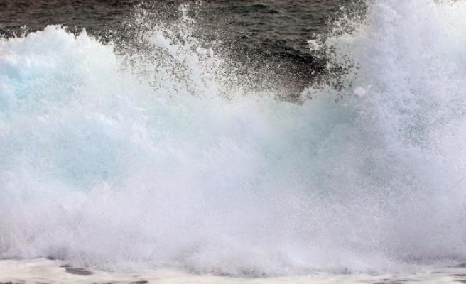 Boyu 4 metreye kadar ulaşan dev dalgaların dövdüğü Konyaaltı Sahili, beyaza büründü