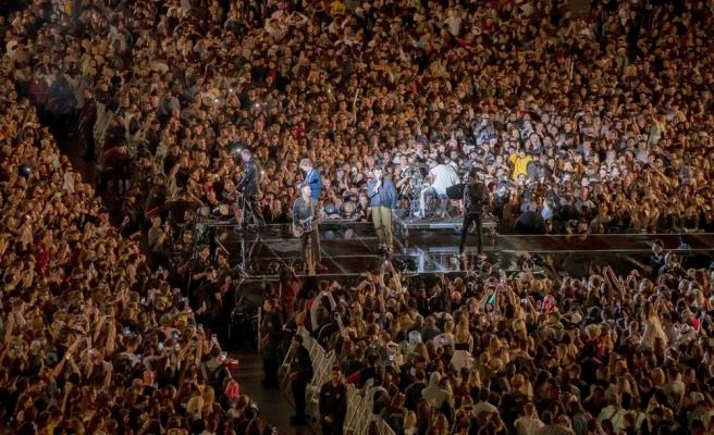 Bütün Dünya Hâlâ Karantinada: Yeni Zellanda'da Maskesiz, Sosyal Mesafesiz 50 Bin Kişilik Konser