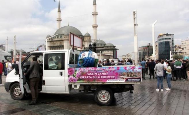 Cami Açılışı Öncesi Taksim'e 25 Ton Gül Suyu Sıkıldı