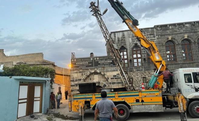 Cizre'de demir direkler kaldırıldı, kilitli parke döşeme çalışması başlatıldı