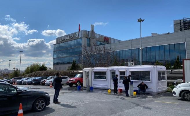 CNN Türk, Muhabir ve Kameramanlar İçin Bina Önüne Kulübe Koydu: 'Tuvaletin Kullanılmasına Bile İzin Verilmiyor'