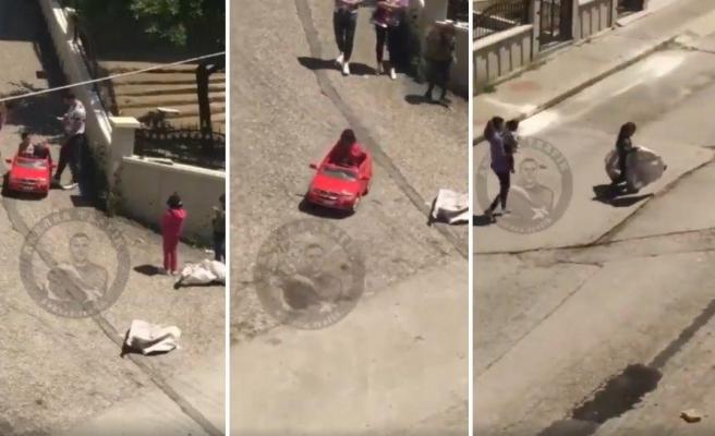Çocuğunu Akülü Araba ile Gezdirirken Kağıt Toplayan Çocukları Görüp Onları da Gezdiren Baba Gibi Baba