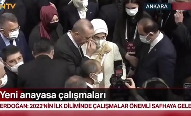 Cumhurbaşkanı Recep Tayyip Erdoğan Oy Kullanırken Emine Erdoğan'ın Dikkat Çeken Sinirli Hareketleri