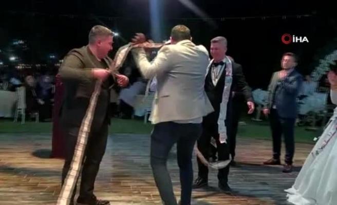 Damada düğün sürprizi: Önce 50 metre uzunluğunda banknot taktılar, sonra komando dansı yaptılar