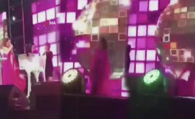 Deniz Seki konser sırasında sahneden böyle düştü