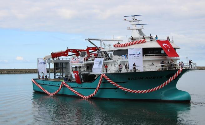 Dev balıkçı gemisi suya indirildi