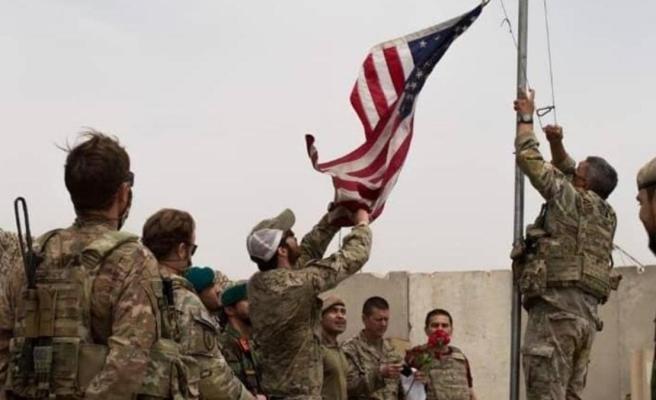 Devir teslim töreninden tarihi kare! ABD bayrağı indirilip Afganistan bayrağı göndere çekildi