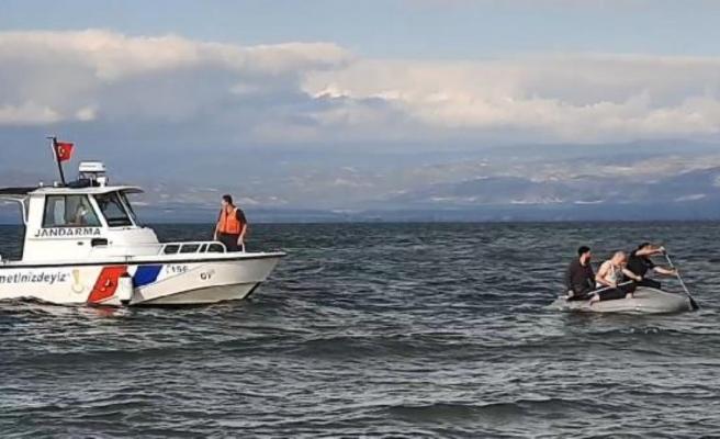 Devrilen bottan göle düşen 3 amatör balıkçı ölümden döndü