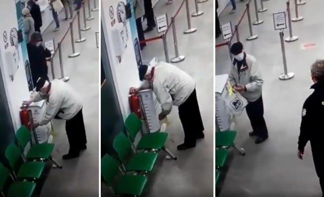 Dezenfektan Sandığı Yangın Söndürme Tüpü ile Elini Temizlemeye Çalışan Dayı