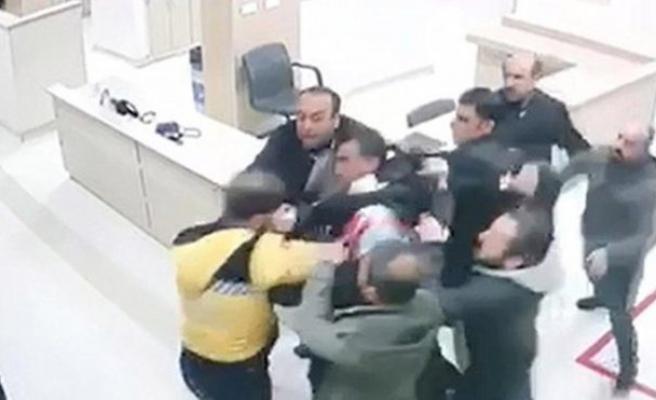 Diyarbakır'da, hasta yakınlarının sağlık çalışanına saldırı anı kamerada