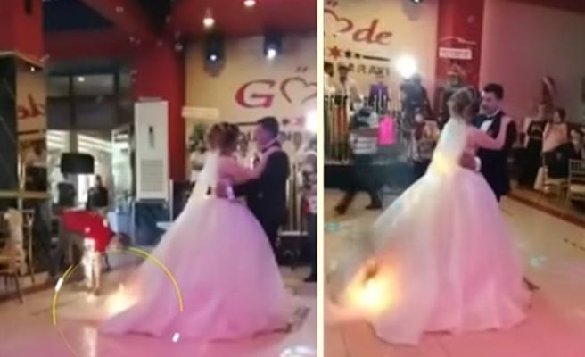 Düğünün İlk Dansını Yaparken Gelinliği Alev Alan Kadın