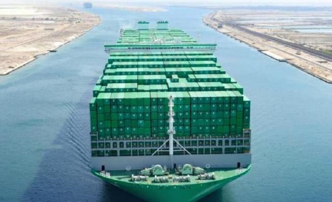 Dünyanın en büyük konteynır gemisi ilk seferinde Süveyş'i sorunsuz geçti