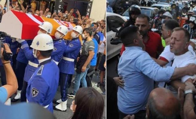 Ferhan Şensoy'un Cenazesinde Çirkin Saldırı: Tabuttaki Galatasaray Bayrağını Gören Holiganlardan Saygısızlık
