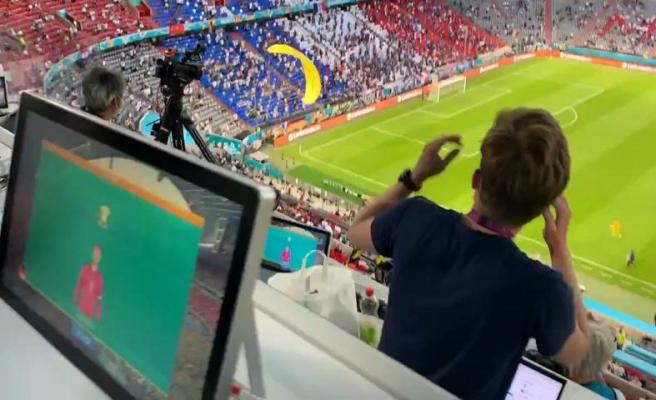 Fransa - Almanya Maçı Öncesi Bir Protestocu Sahaya Paraşütle İndi