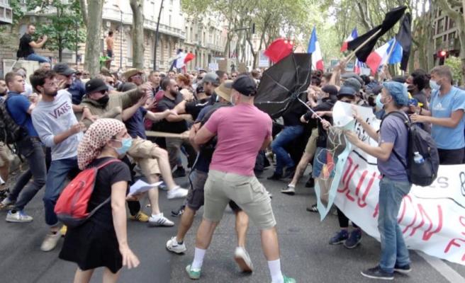 Fransa'da aşı karşıtları sokaklara döküldü Siviller, protestoculara tepki gösterince ortalık savaş alanına döndü