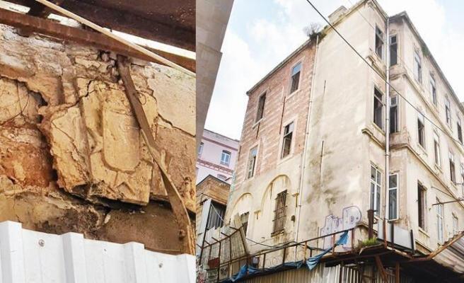 Galata'daki Saraya Hırsızlar Dadandı! Önce Merdiven Korkuluklarını Şimdi de Ceneviz Armasını Çaldılar