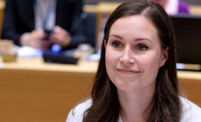 Genç başbakanın göğüs dekolteli sütyensiz pozu ülkeyi karıştırdı