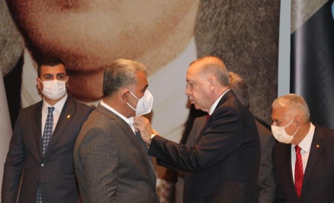 HDP'den İstifa Eden Belediye Başkanı AKP'ye Katıldı, Rozetini Cumhurbaşkanı Erdoğan Taktı