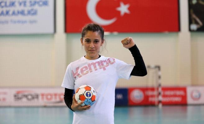 Hentbolcu Merve Akpınar'a Yüzde 100 Eğitim ve Spor Bursu Verildi