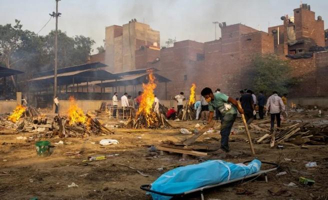 Hindistan Felaketi Yaşıyor! Ölenleri Sokaklarda Yakıyorlar