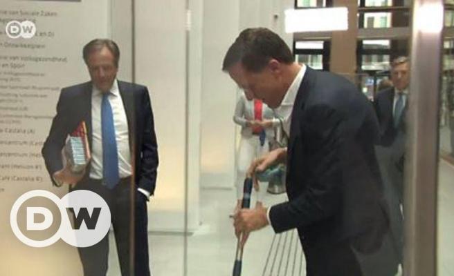 Hollanda Başbakanı Mark Rutte, Elindeki Kahveyi Dökünce Eline Kovayı Alıp Paspas Attı