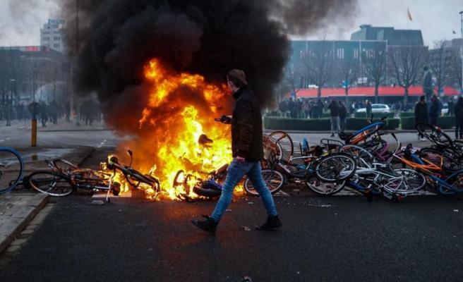 Hollanda'da sokağa çıkma yasağı protestoları sürüyor, Diyanet Vakfı camilerde 'Olaylara karışmayın' hutbesi okutacak