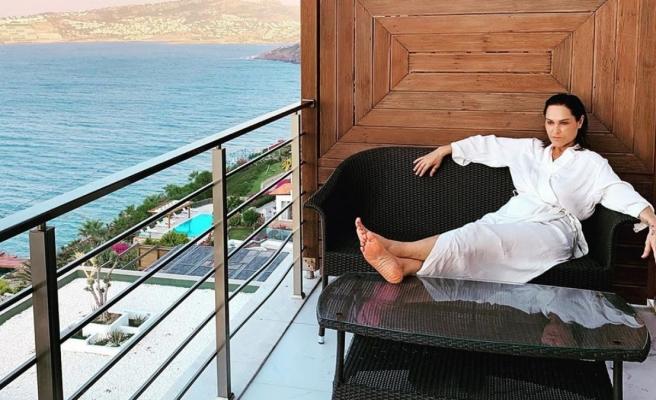 Hülya Avşar, balkonda
