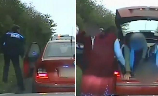 İngiltere'de Polisin Çevirdiği Aracın İçinden 9 Kişi Çıktı