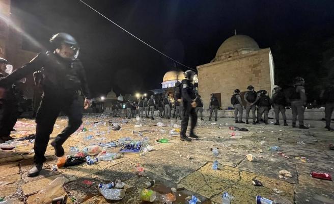 İsrail Polisinden Mescid-i Aksa'da Namaz Kılan Cemaate Baskın