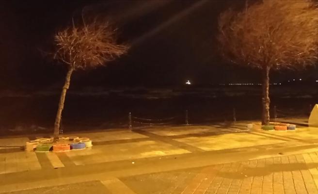 İstanbul'da Fırtına Etkili Oluyor: Çatılar Uçtu, Ağaçlar Devrildi