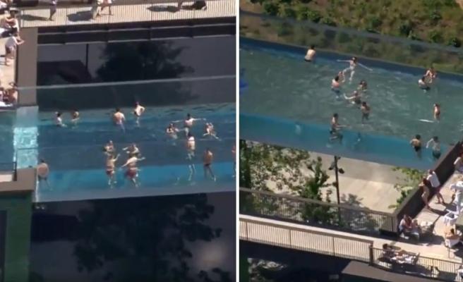 İzlerken Düşme Garantili: 35 Metre Yükseklikte, İki Bina Arasında 'Camdan Havuz' Yaptılar