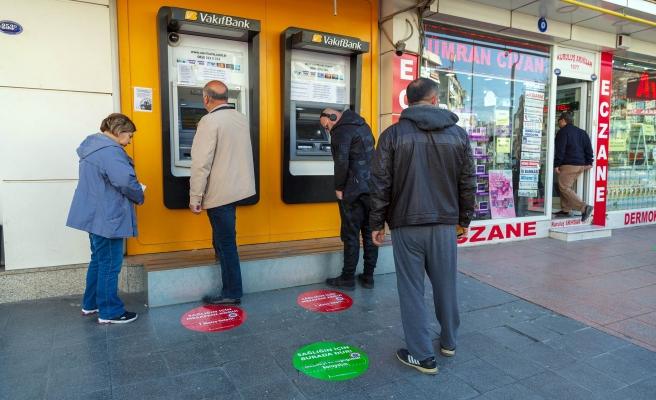 İzmir'de Sosyal Mesafe İçin Zemin Çıkartmaları Devrede