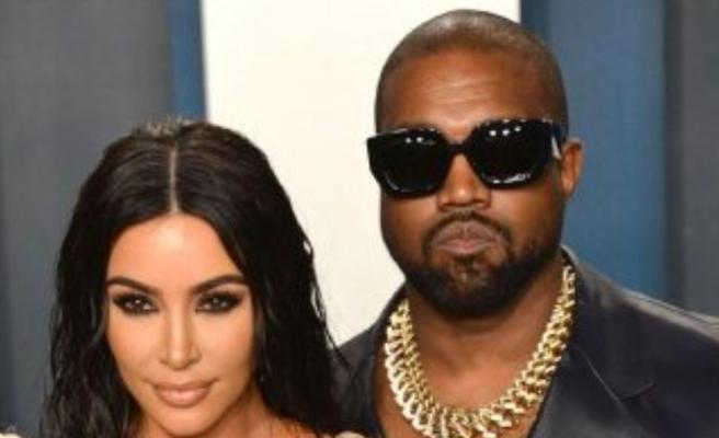 Kanye West, Grammy ödülünün üzerine işedi