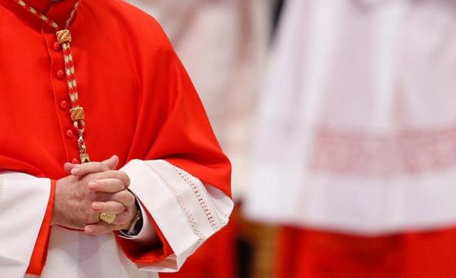 Kardinal kılığında 1.7 milyon euro dolandırıcılık yapan çeteyi, rahip kılığındaki polisler yakaladı