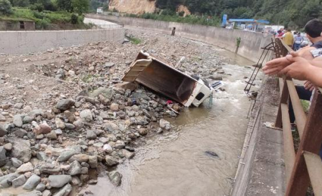Kazada Ağır Yaralanan Sürücü Hastaneye Gitmeyi Reddetti, Kaybettiği 15 Bin Dolarını Aradı