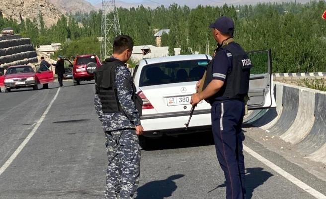 Kırgızistan ile Tacikistan sınırındaki taşlı kavga son yılların en büyük çatışmasına döndü: En az 13 ölü, onlarca yaralı var