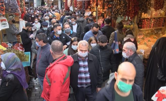 Kısıtlamaya Saatler Kala Korkutan Yoğunluk: 'Daraldık, İçeride Nefes Alamıyoruz'