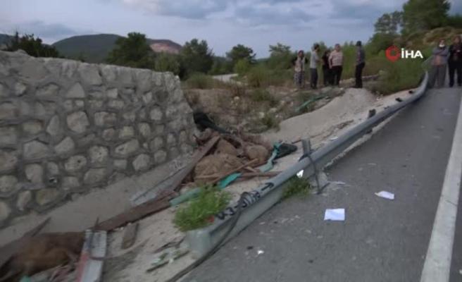 Koyun yüklü kamyon devrildi, baba ve oğlu öldü, anne ağır yaralandı