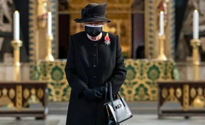 Kraliçe Elizabeth İlk Kez Halk İçinde Maskeli Görüntülendi