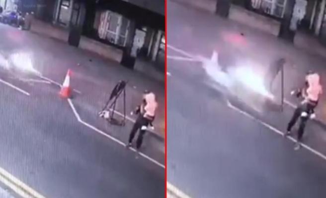 Kucağında kızıyla karşıdan karşıya geçen adama hızla gelen motosiklet çarptı