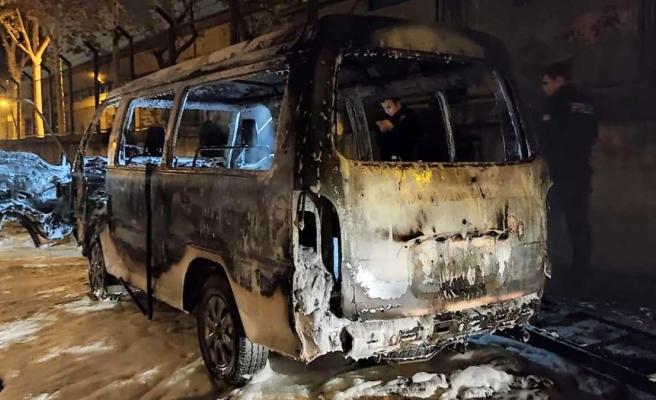 Küçükçekmece'de çalıntı olduğu öğrenilen panelvan minibüs yanarak kül oldu