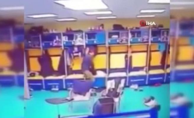 Maç oynanırken soyunma odasına hırsız girdi!