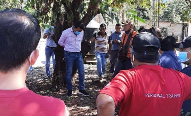 Meksika'da kaliteli hizmet vermeyen Belediye Başkanı mahalleli tarafından ağaca bağlandı