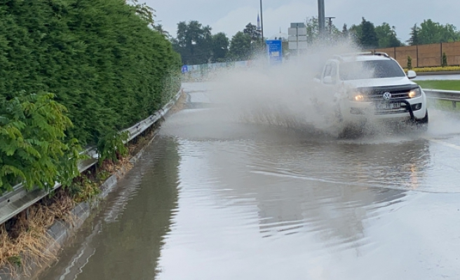 Metrekareye 201.6 kilogram yağış düşen kentte sokakla göle döndü