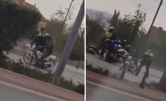 Motosiklet Sürücüsüne Kaskla Vurarak Durduran Trafik Polisinin Tepki Çeken Görüntüleri