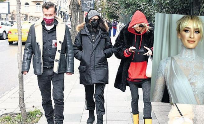 Muhabirleri fark eden Didem Soydan maske taktı