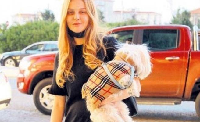 Naz Elmas sevimli köpeğiyle poz verdi